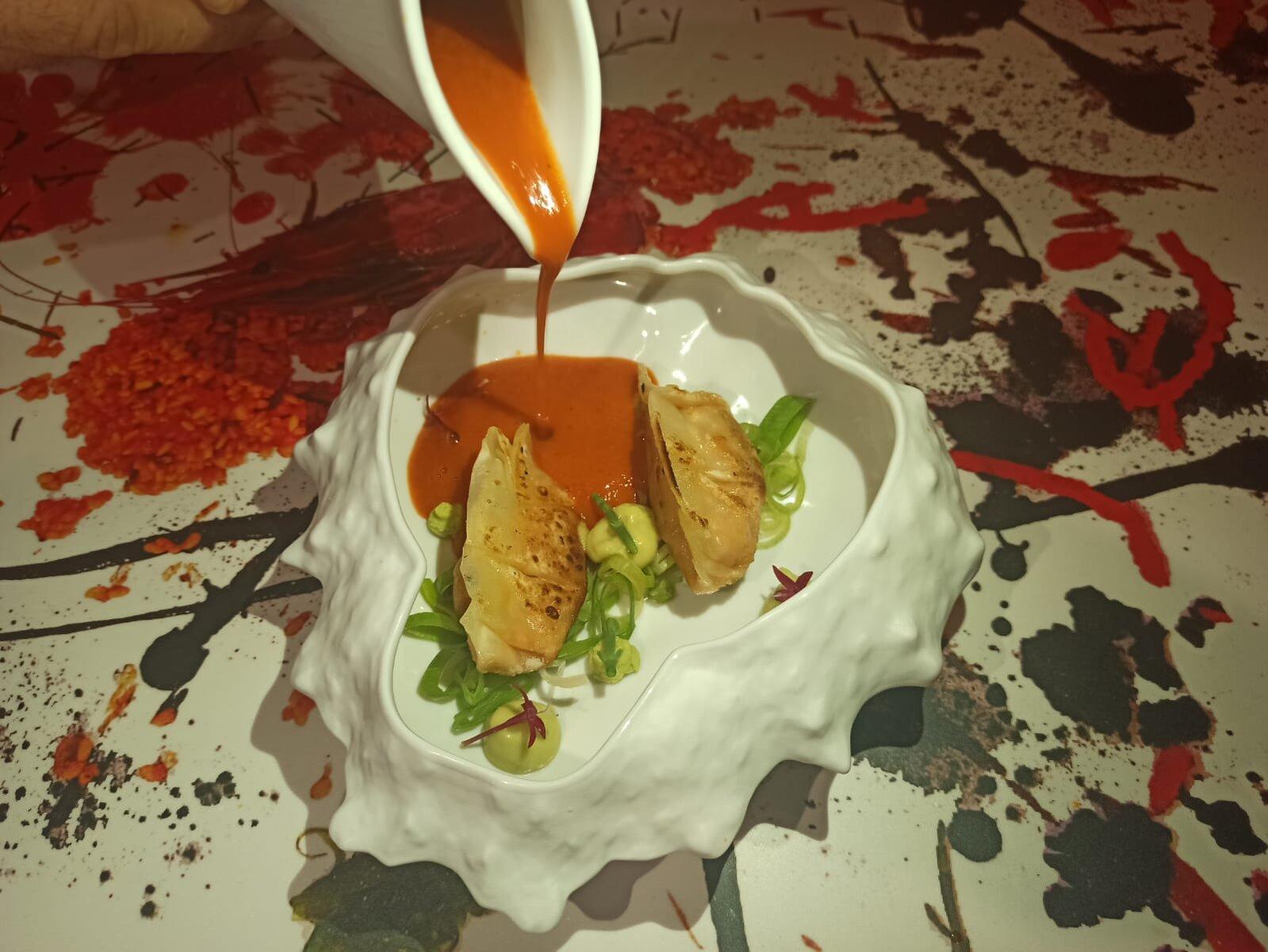 LA ALVAROTECA-Gyozas de Txangurro con crema de Nécoras