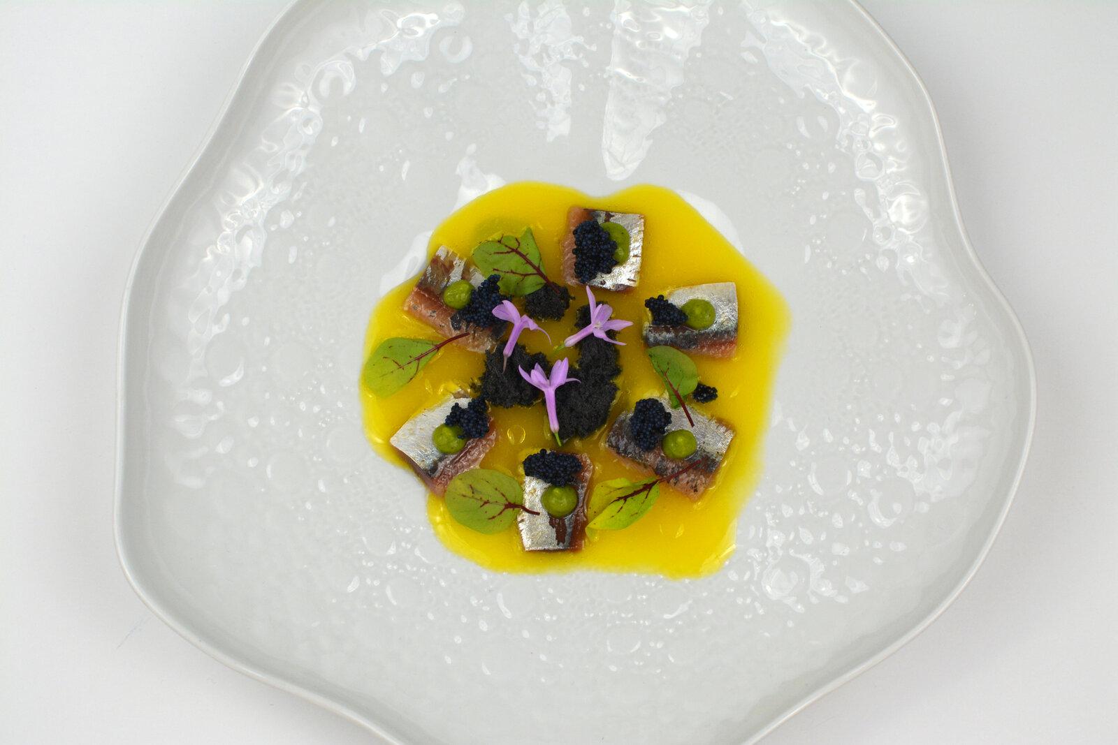 LaAntxoeta_Porra de naranja con sardinas ahumadas, huevas de arenque, mousse de algas y bizcocho de sésamo