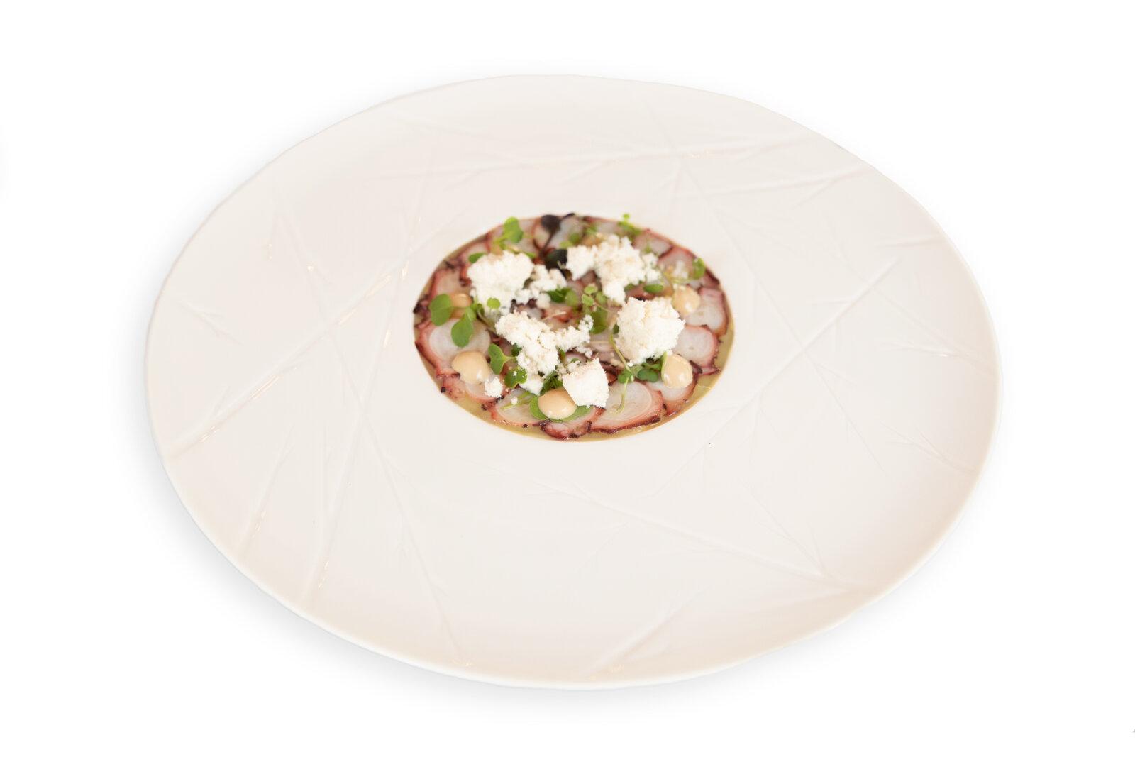 VENETIIS-Carpaccio de pulpo con pure de puerro, mayonesa de ajo negro y nieve de AOVE